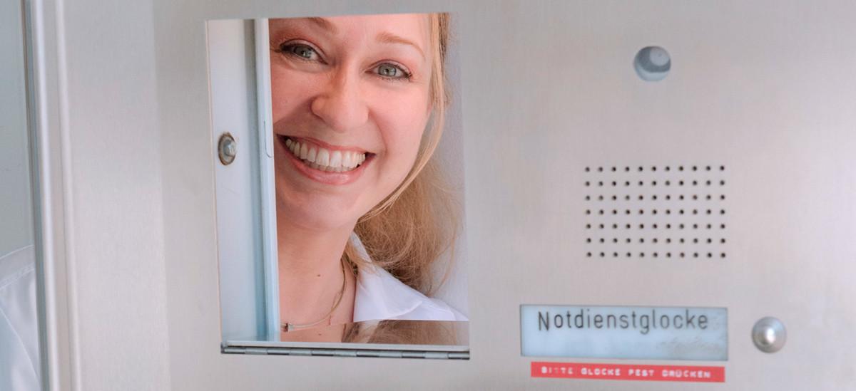 Birgitt Krenn-Bösel schaut durchs Fenster