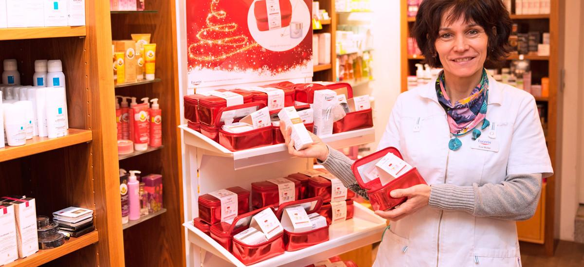 Apothekerin zeigt Kosmetikartikel